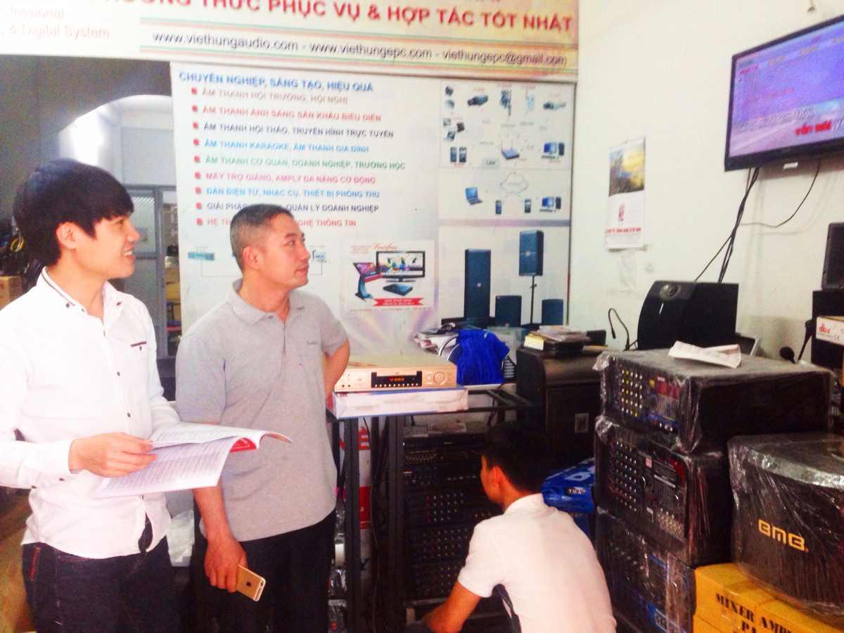 Việt Hưng tư vấn cho khách hàng dùng sản phẩm amply chất lượng